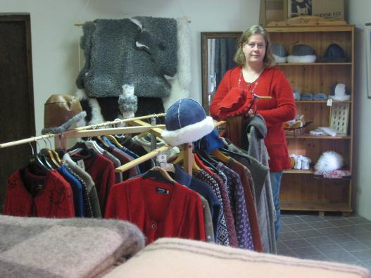 Victoria vid klädavdelningen i butiken | : Stefan Persson