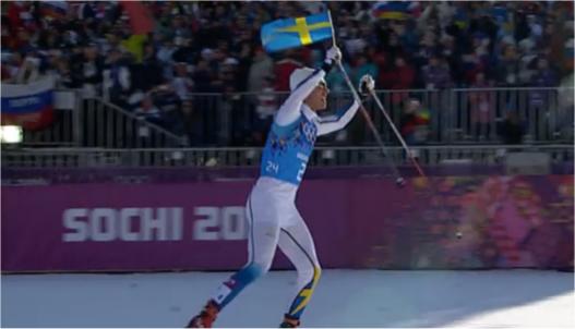 Marcus Hellner har fått en flagga av Anders Södergren och defilerar mot mål.