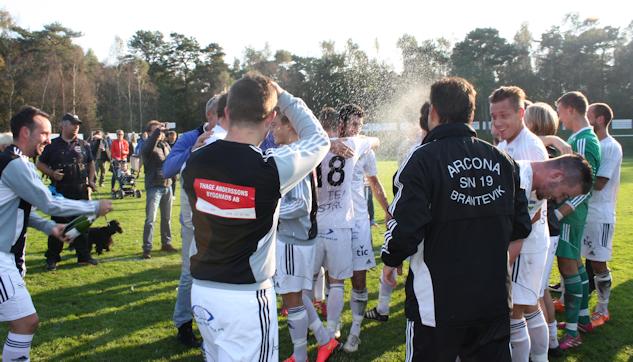 Vinnarnas självklara rättighet - Segerchampagne på fotbollsplanen|: Gerd Persson