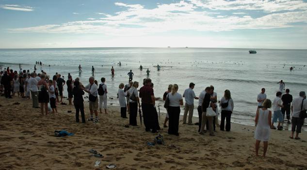 Minnesstund på stranden i Khaolak på den första årsdagen av tsunamin.|  : Lis Hamark.