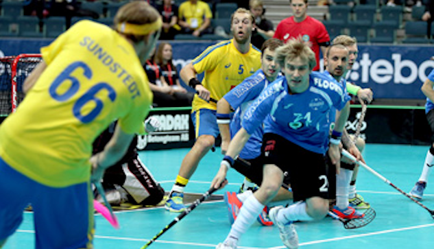 Joel Kanebjörk (nr 5) gör sig redo för skott från Rasmus Sundstedt |  :  Per Wiklund