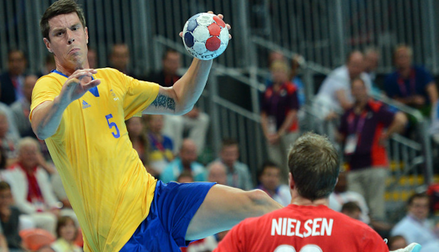 Kim Andersson laddar stora kanonen i en match mot Danmark.|