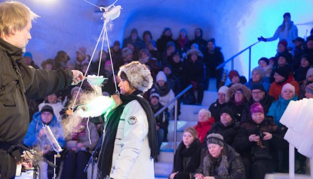 Ice Musics grundare Tim Linhart kyler isviolinen så att den ska gå att stämma.|©  : Luleåfotograferna