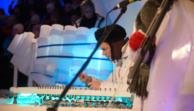 Världspremiär för det nya isinstrumentet cymbalonen med Bo Anders Eriksen från Köpenhamn.|©  : Luleåfotograferna