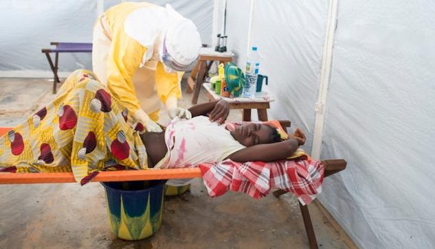 En patient vårdas på Läkare Utan Gränsers ebolacenter i Guéckédou i södra Guinea.| ©  : Sylvain Charkaoui
