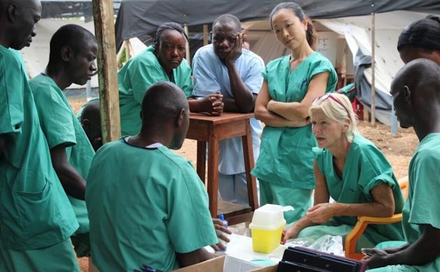 Läkare Utan Gränsers team på ebolakliniken i Kailahun, Sierra Leone.| ©  : P.K .Lee /Läkare Utan Gränser.
