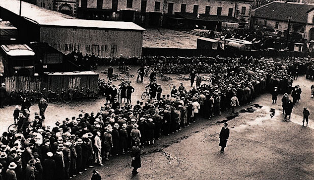 Arbetslösa står i kö framför en arbetslöshetskassa i Hannover 1930. |©  : akg-images, Berlin