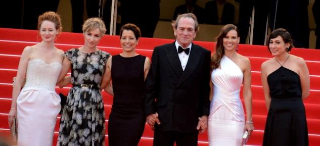 """Tommy Lee Jones omgiven av fem kvinnliga medspelerskor i """"The Homesman"""" vid premiären i Cannes 2014."""