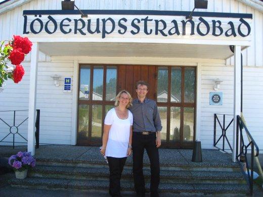 Sofia Ungh Persson och Fredrik Persson utanför huvudentrén till detta anrika hotell.